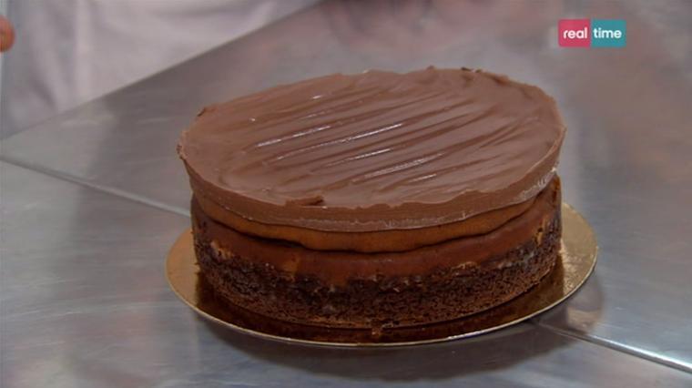 cheesecake al burro d'arachidi e copertura al cioccolato.