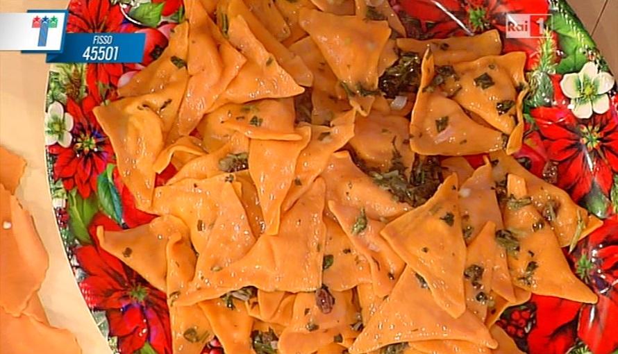 triangoli rossi alle pere con salsa di cicoria e uvetta
