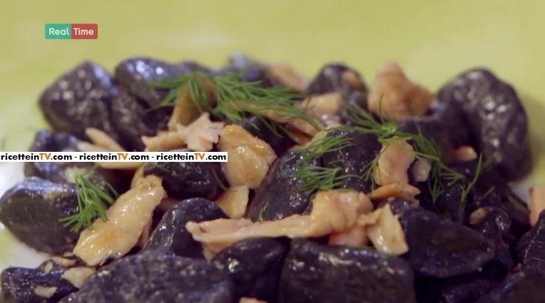 gnocchi al nero di seppia con salmone