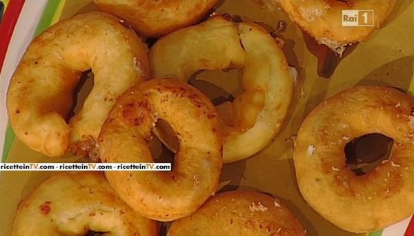 alla simpatica follia di Antonella, è la ghiotta ricetta di Anna  Moroni, che prepara una frivolezza. Ecco la ricetta delle ciambelle di  patate salate.