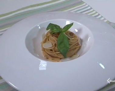 spaghetti al pesto di pomodori secchi e noci
