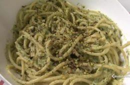 bucatini con pesto di zucchine pistacchi e menta