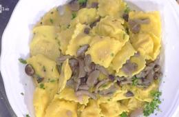 ravioli di patate e mortadella con salsa ai funghi