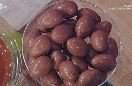 http://www.ricetteintv.com/uova-di-pasqua-al-pistacchio-e-nocciole-di-guido-castagna/