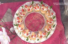 bignè mignon con panna e fragole di Antonella Clerici