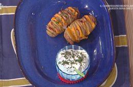 patate Hasselback con prosciutto di Praga cheddar e panna acida