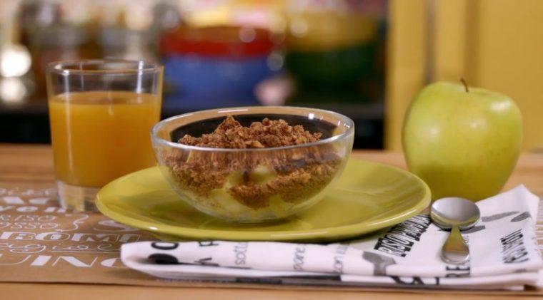 dadolata di mele con crumble al cacao e nocciole