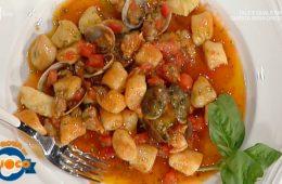 gnocchi di patate con guazzetto di pomodoro vongole e pesto di Verdiana Gordini