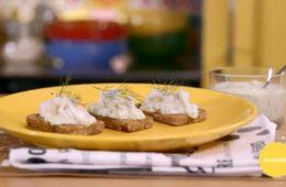 merluzzo con salsa tzatzichi su pane alla segale