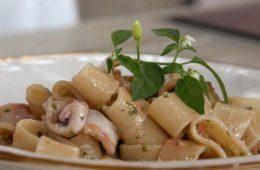 pasta con calamari e pesto alla siciliana