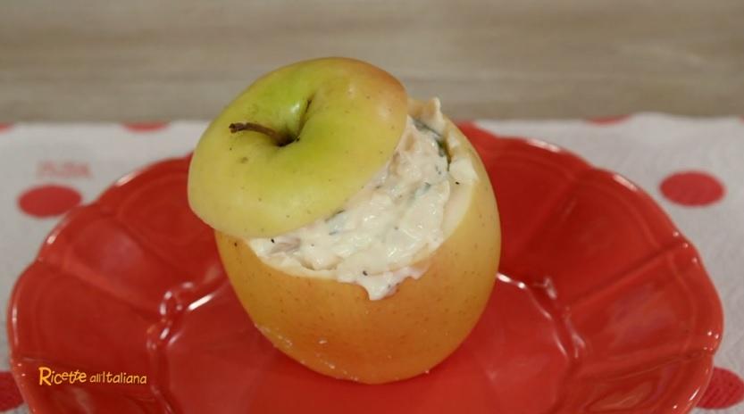 insalata di pollo nelle coppe di mela