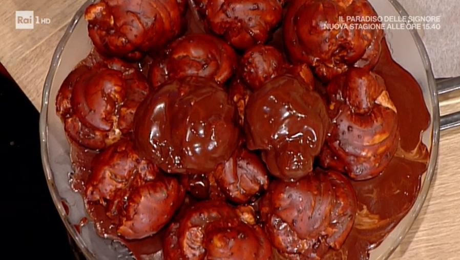 profiteroles con glassa al cioccolato di Alessandra Spisni