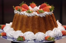 torta babà con fragole e panna