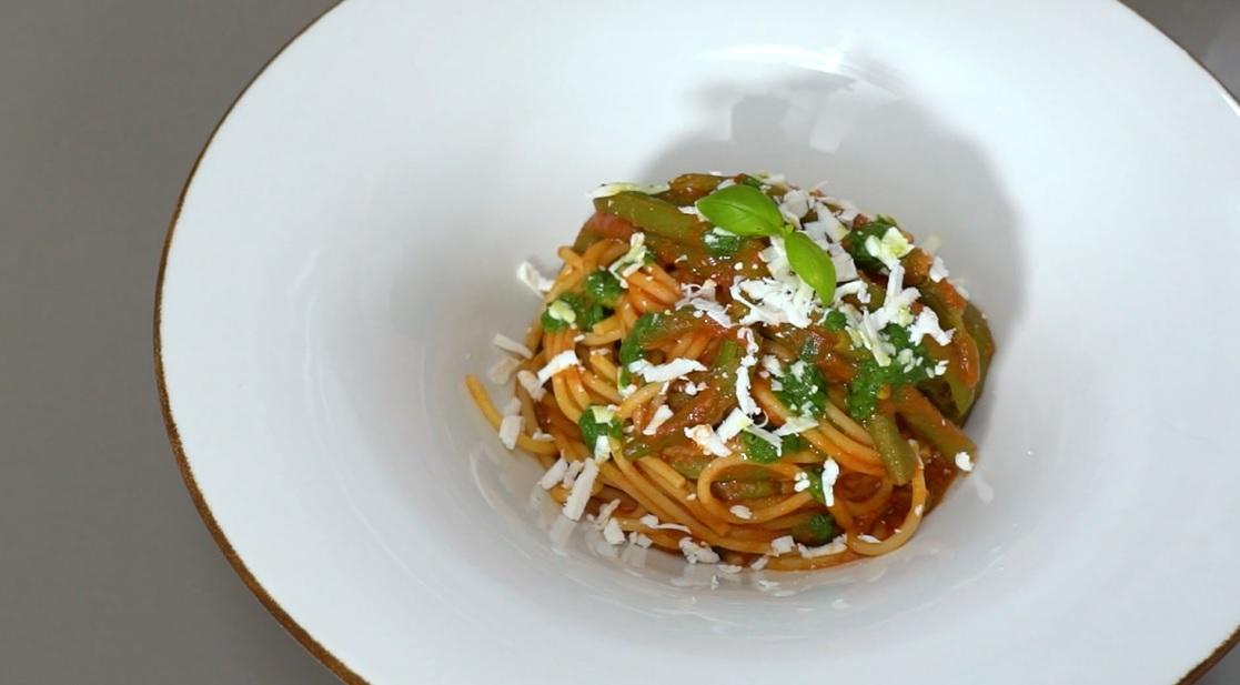 spaghetti al sugo di fagiolini e cacioricotta